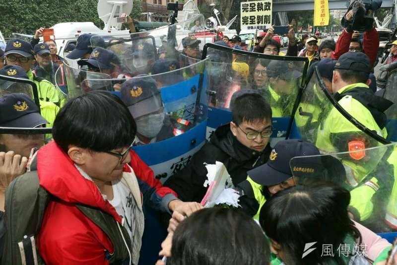 20171123-抗議勞基法修法群眾於立法院外遊行,與警方進行對峙。(蘇仲泓攝)