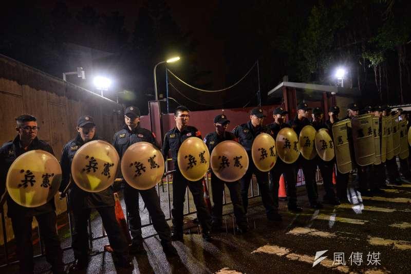 不滿一例一休修法,勞團23日深夜快閃噴漆,總統官邸前憲兵戒備。(甘岱民攝)