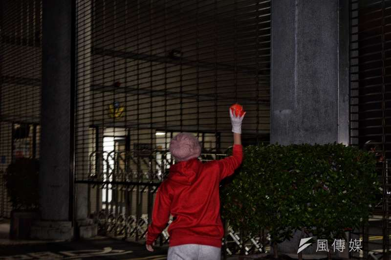 ge不滿一例一休修法,勞團23日深夜在經濟部前丟水球。(甘岱民攝).jpg.jpeg