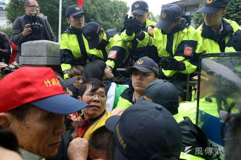 20171123-抗議勞基法修法群眾於立法院外遊行,與警方爆發第三波衝突。(蘇仲泓攝)