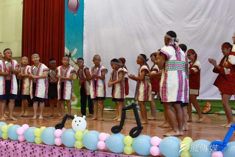 南投縣新街國小學生經過三個月的學習,高年級學生演出布農族的拍手歌,獲熱烈掌聲。(圖/王秀禾攝)