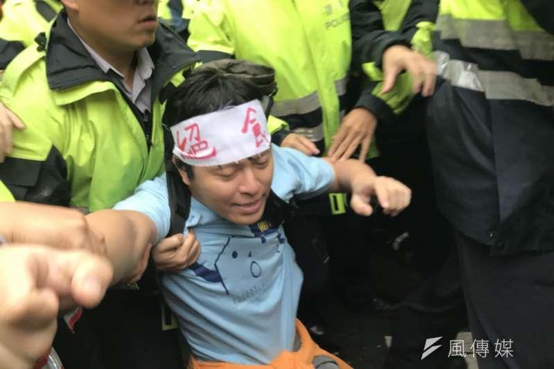 抗議勞基法修法群眾於立法院外遊行,與警方爆發衝突。(謝孟穎攝)