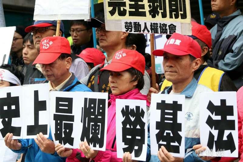 立法院社福衛環委員會於11月23日審查《勞基法》修正草案,群眾於立法院外遊行抗議。(蘇仲泓攝)