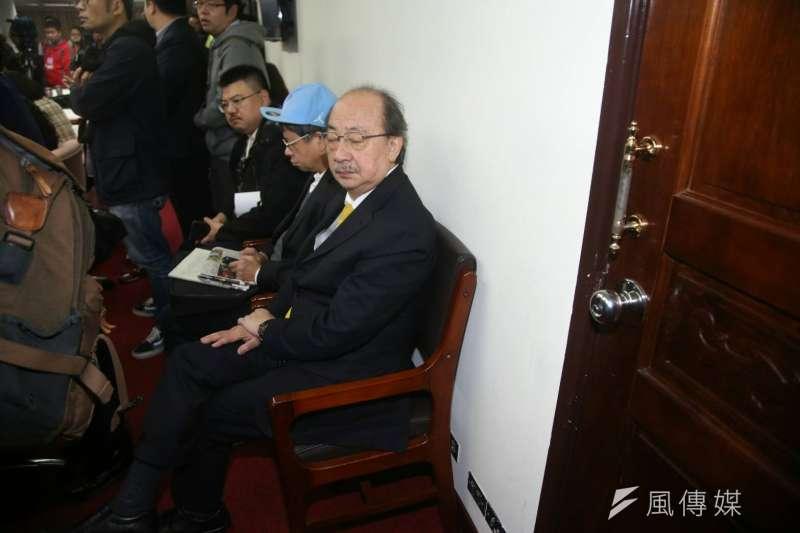 20171123-社福及衛環委員會23日審查《勞基法》,民進黨總召柯建銘由於沒位置坐,坐到門邊了。(陳明仁攝)