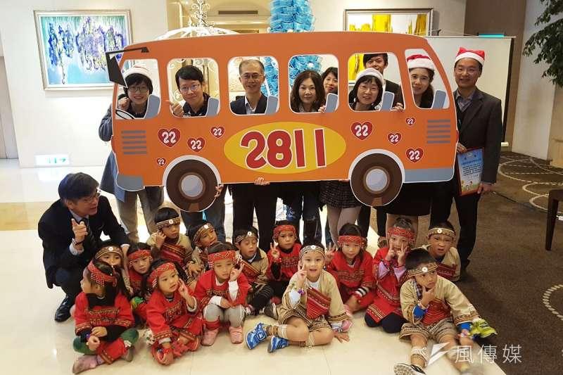 「2017年圓夢行動」圓夢巴士23日邀請參與活動的竹科家族廠商一同搭上車,用愛加滿油。(圖/方詠騰攝)