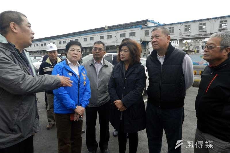 基隆市議長宋瑋莉及多名市議員,到現場了解廠商解約後,所產生的機車族停車問題。(圖/張毅攝)