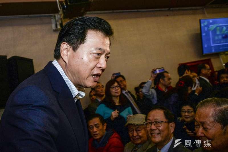 為新北市長初選,周錫瑋硬打侯友宜不藍不綠的策略未必有利。(甘岱民攝)