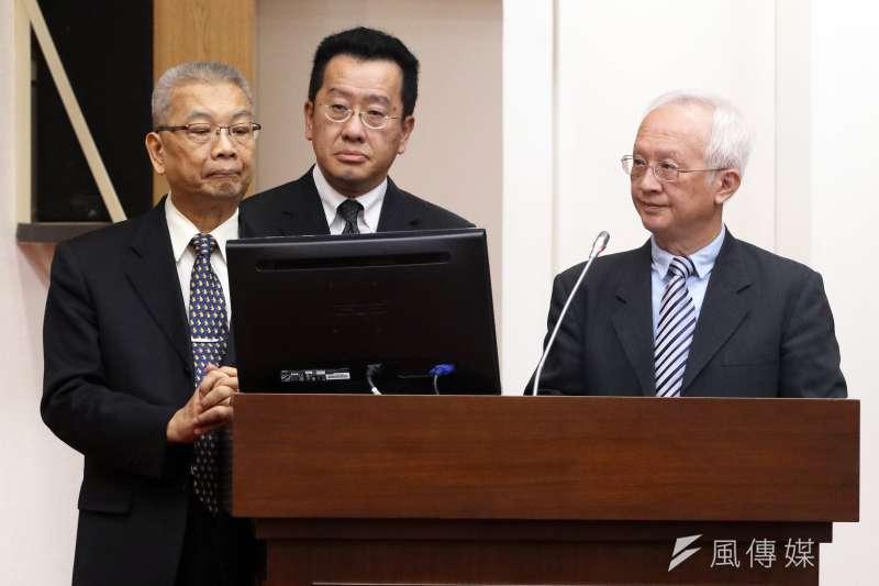 第一銀行董事長董瑞斌(右)在立法院財政委員會備詢,表示銀行團確定不會展延還款期限。(蘇仲泓攝)