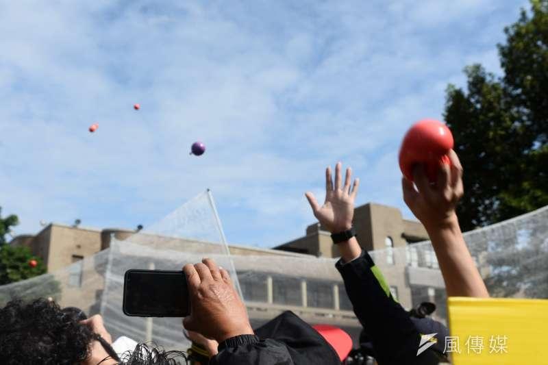 「還我7天假」工鬥記者會,勞團丟擲裝紅色顏料的「血球」。(甘岱民攝)