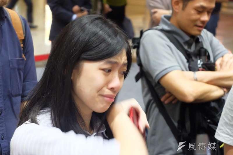 台灣NGO工作者李明哲遭中國政府判刑5年,妻子李凈瑜11月29日返抵台灣,一群文化大學的學生在機場迎接。(謝孟穎攝)