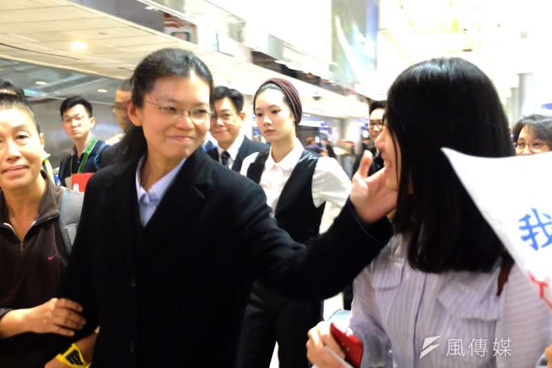 台灣NGO工作者李明哲遭中國政府判刑5年,妻子李凈瑜11月29日返抵台灣,一群文化大學的學生在機場迎接(謝孟穎攝)