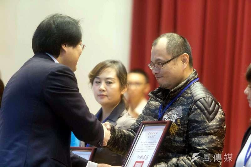 基隆市長林右昌頒發家長會長當選證書。(圖/張毅攝)