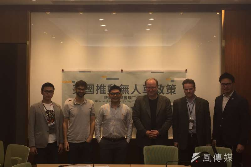 許毓仁盼透過加速立法,推動台灣無人車發展。(林銘翰攝)