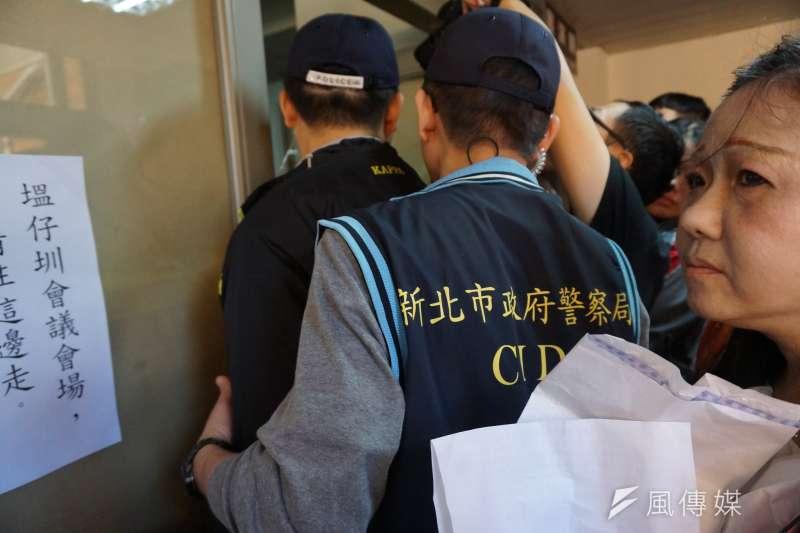 原本要進到會議室內發聲的居民,被市府人員與警方阻饒,並發生爭執與推擠。(陳子萱攝)