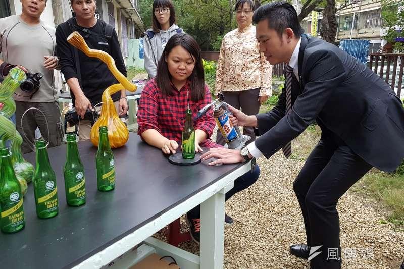 新竹市首座「自造教育示範中心」30日於培英國中啟用,新竹市長林智堅親自體驗高峰國小展出的玻璃瓶變身秀。(圖/方詠騰攝)