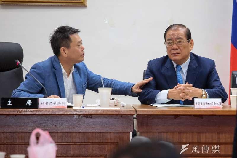 圖為國民黨書記長林為洲、秘書長曾永權1日於國民黨團大會交談。(資料照片,顏麟宇攝)