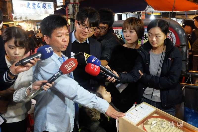 2017年12月2日,鄭性澤的夜市人生於寧夏夜市。(謝孟穎攝)