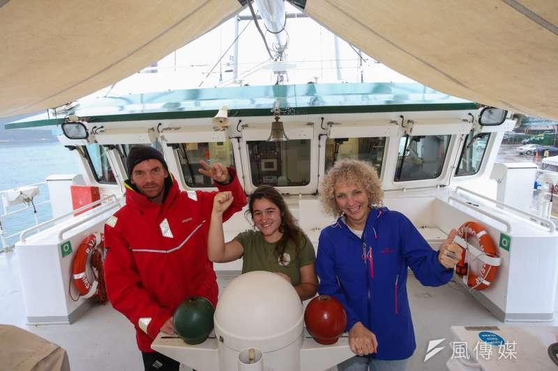 專訪綠色和平組織執行長摩根(Jennifer Morgan)(右),左為彩虹勇士號水手長法籍的Fred。(陳明仁攝)