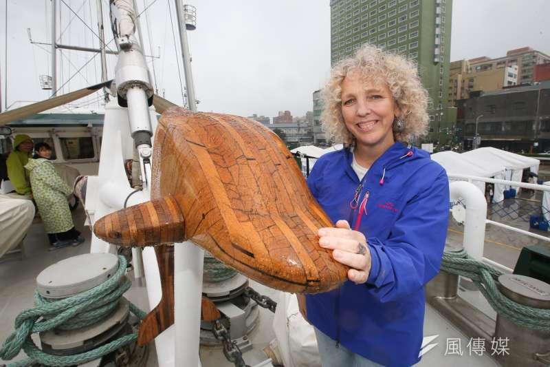 綠色和平組織執行長摩根(Jennifer Morgan)與彩虹勇士號的吉祥物,鎮船之寶橡木雕海豚。(陳明仁攝)