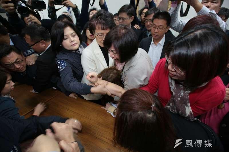 立法院衛環委員4日審查勞基法修正草案,藍綠委搶佔主席台。(顏麟宇攝)