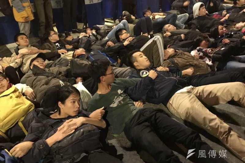 抗議勞基法修法的群眾,癱瘓青島東和中山南路,最終仍被驅離。(甘岱民攝)