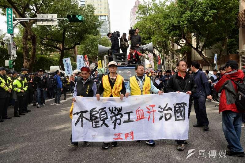 2017年12月4日,勞團繞行立法院,反對勞基法修法廢一例一休(甘岱民攝)