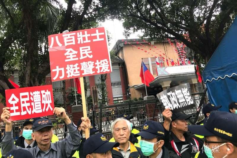 2017-12-04-立法院衛環委員審查勞基法修正草案,勞團聚集於場外抗議,八百壯士也到場力挺。(謝孟穎攝)