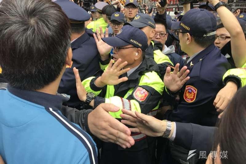 基層員警疲於奔命,既要管治安還要防抗爭。(謝孟穎攝)