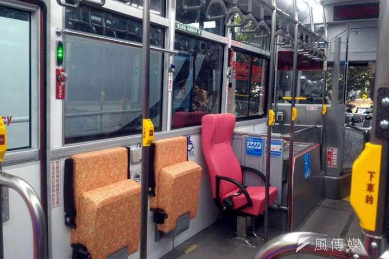 有民眾向《風傳媒》記者表示,他經常搭乘某路線公車,常常看見身障者上下車,公車司機卻沒照標準程序綁上安全帶、固定環。(資料照,張毅攝)