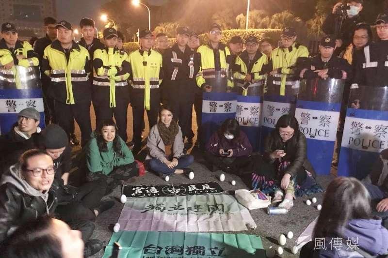 針對反修《勞基法》抗爭,有網友質疑是「統派」操弄,然而回顧11月23日以來抗爭,獨派每一場都堅持留到最後,也在12月23日以一句「要解散你自己解散啦」引起發民眾響應,進而產生夜間台北市街頭大游擊。(資料照,謝孟穎攝)