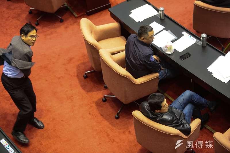 國民黨立委鄭天財5日於院會處理《促轉條例》草案廣泛討論發言後,被酸「不是第一年當立委」而怒擲鋼杯。(顏麟宇攝)