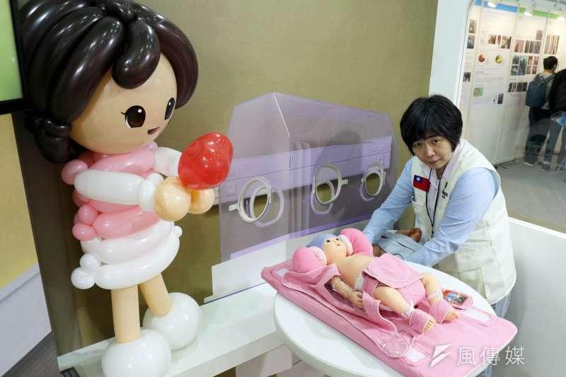 20171207-「2017台灣醫療科技展」上午登場,圖為國泰醫院現場展示嬰兒保護性約束套組。(蘇仲泓攝)