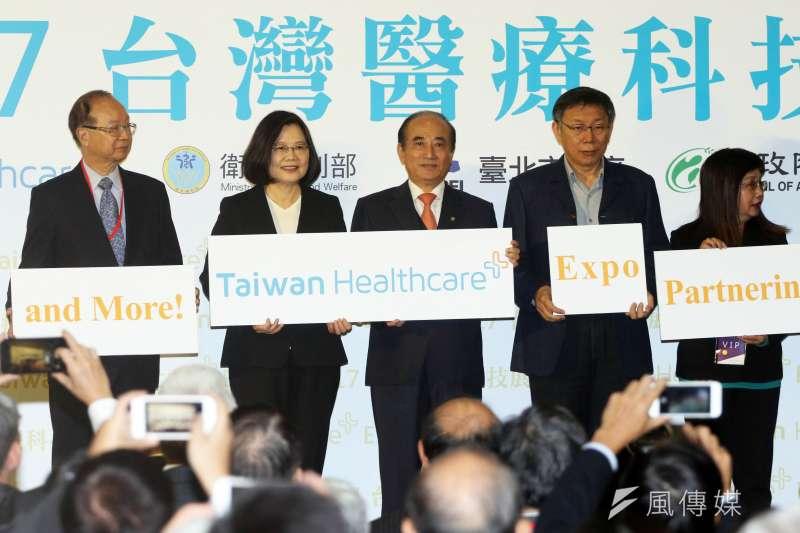 總統蔡英文、台北市長柯文哲、立法委員王金平等人上午出席「2017台灣醫療科技展」開幕典禮,三人與其他貴賓一同合影。(蘇仲泓攝)