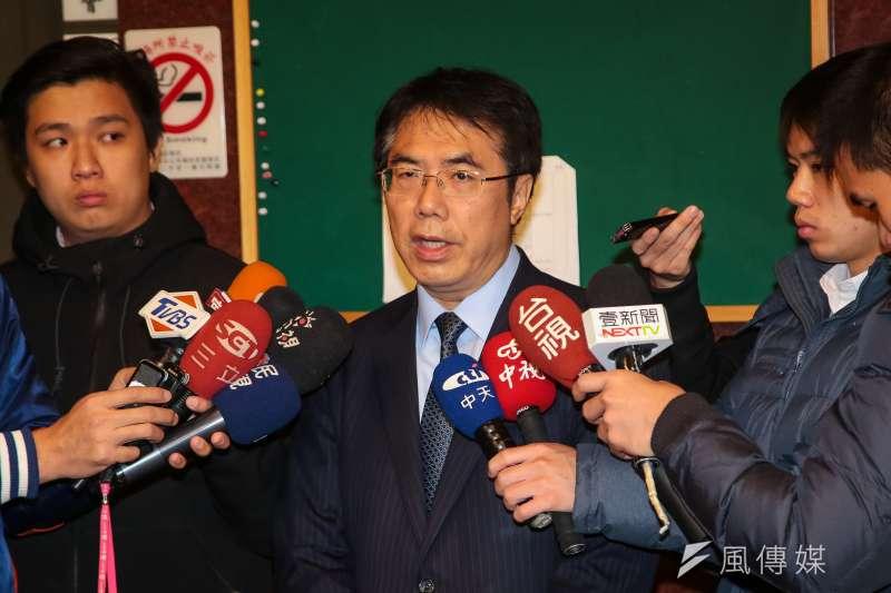 民進黨立委黃偉哲8日於立院接受媒體聯訪,談勞基法問題。(顏麟宇攝)