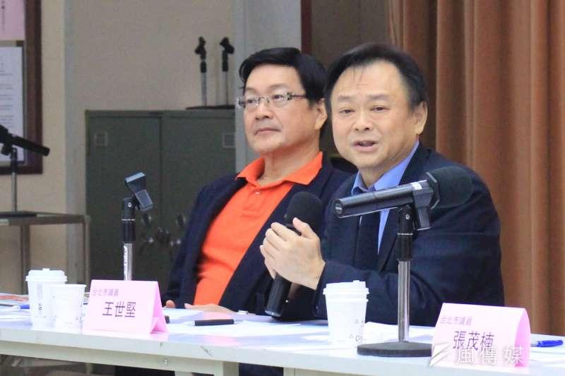 台北市議員王世堅(右)上午出席座談會,談論首都需要怎樣的市長,並痛批台北市長柯文哲「一事無成」。(方炳超攝)