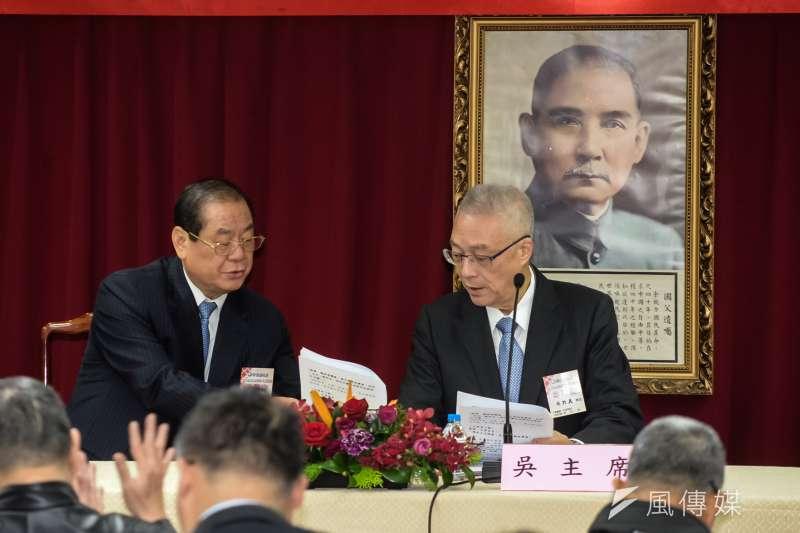 國民黨副主席曾永權(左)出席海峽論壇的申請被打圖票,主席吳敦義(右)說要另外派適當人選參與。(甘岱民攝)