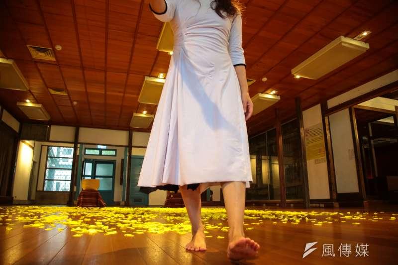 20171209-台灣人權促進會等多個團體9日召開「2017人權金龜獎頒獎典禮」,並透過蔡瑞月舞蹈社的舞蹈「長春花」,展現民間捍衛人權價值的決心。(顏麟宇攝)