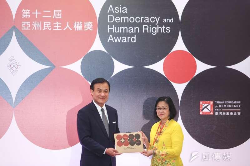 2017年亞洲民主人權獎10日舉行頒獎典禮,蘇嘉全頒獎表揚馬來西亞「淨選盟2.0」主席瑪莉亞‧阿都拉(右)。(陳明仁攝)