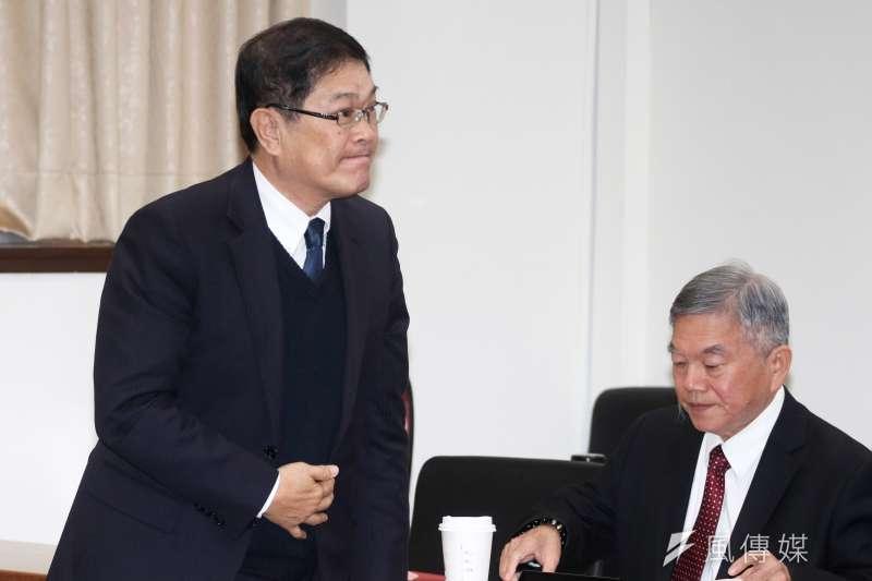 立法院經濟委員會,台電董事長楊偉甫(左)出席備詢。右為經濟部長沈榮津。(蘇仲泓攝)