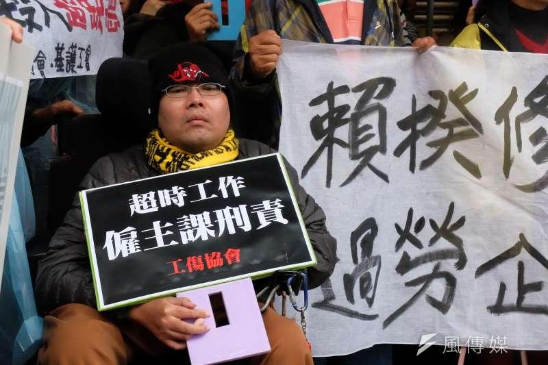 勞團召開記者會,呼籲修訂職災專法、針對過勞企業課刑責,職災勞工。(謝孟穎攝)