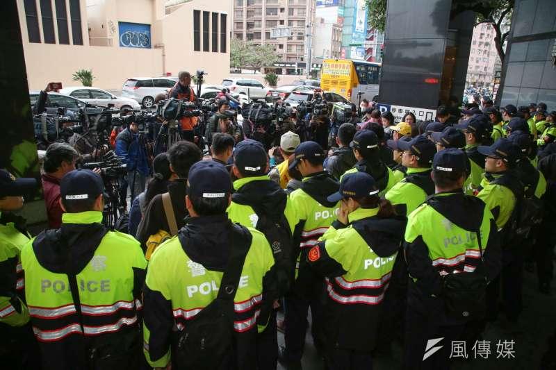 20171212-行政院長賴清德與工商團體12日於台北市五星級飯店花園酒店進行早餐會,勞工團體在外集結為《勞基法》修法抗議。(顏麟宇攝)