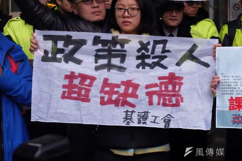 20171212-行政院長賴清德與工商團體12日於台北市五星級飯店花園酒店進行早餐會,勞工團體在外集結為《勞基法》修法抗議。(謝孟穎攝)