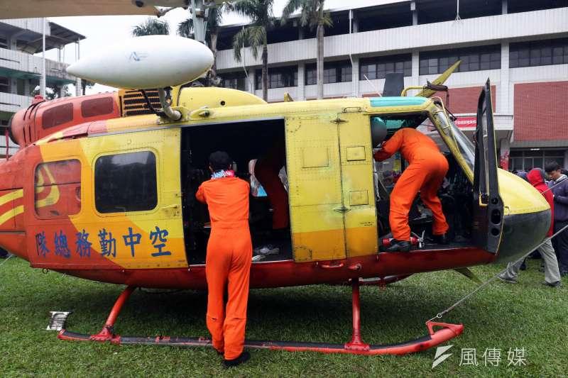 20171212-內政部空中勤務總隊上午致贈一架即將除役的UH-1H直升機給滬江高中,直升機以熱機移交的方式,直接飛到學校並降落在操場。圖為活動最後,值行最後一次飛行任務的教官,爬進機艙內,收拾各自的物品,要將飛機永久留給學校。(蘇仲泓攝)