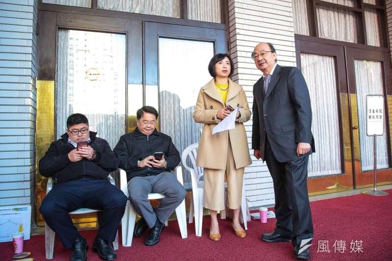 民進黨立委何欣純(右二)表示,藍委盧秀燕、江啟臣一再拿中火來拚選舉,對改善空污毫無幫助。(顏麟宇攝)