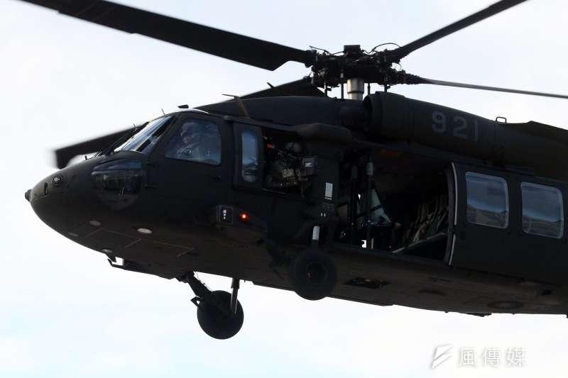 20171214-國防部上午進行直升機落地訓練暨全民國防教育參訪活動。圖為搭載特戰官兵的黑鷹直升機。(蘇仲泓攝)