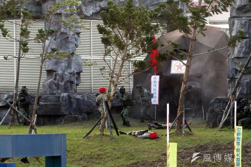 20171214-國防部上午進行直升機落地訓練暨全民國防教育參訪活動。圖為特戰官兵在敵指揮所前,與敵軍展開肉搏。(蘇仲泓攝)