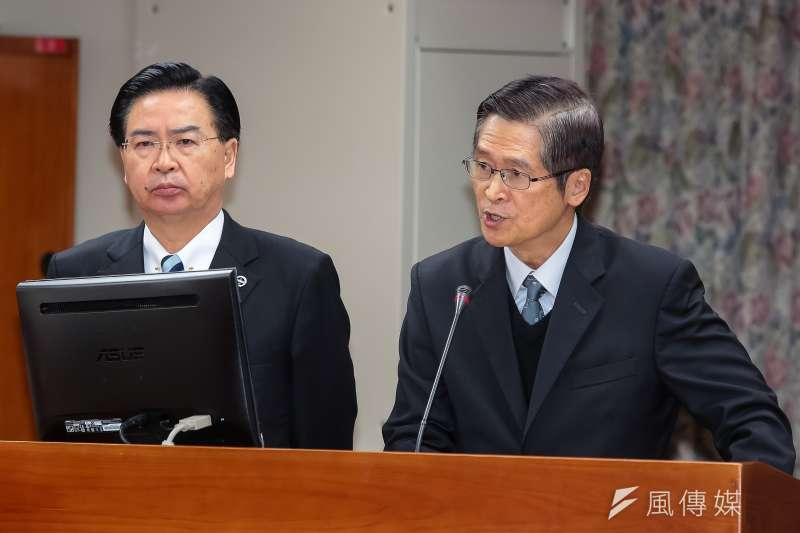 國安會秘書長嚴德發(右)、總統府秘書長吳釗燮(左)在這次改組中一起「下放」內閣,分任外交、國防部長。(顏麟宇攝)