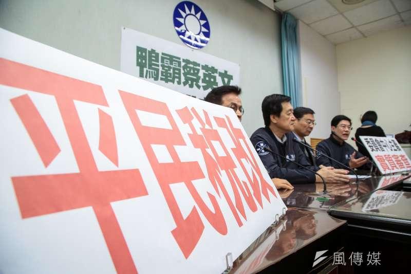 國民黨立委召開「鴨霸蔡英文,只照顧股市大戶」記者會,並於桌上擺放「平民稅改」標語。(顏麟宇攝)