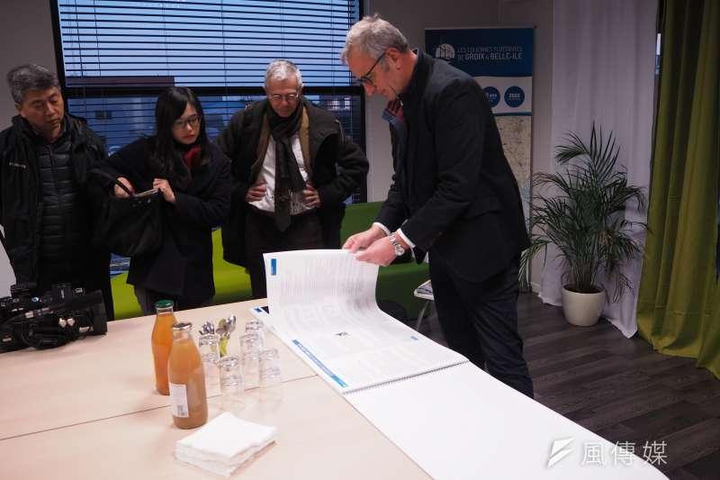 法國專題-EOLFI法國西海岸示範計畫開發部門經理克里斯多佛(Christophe Chabert)向記者說明計畫內容(尹俞歡攝)