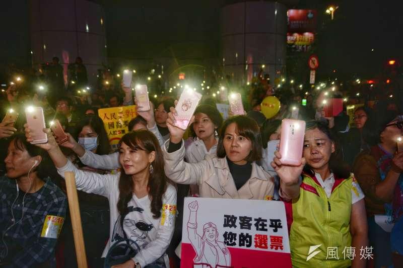 20171215-罷昌晚會,民眾揮舞手機。(甘岱民攝)